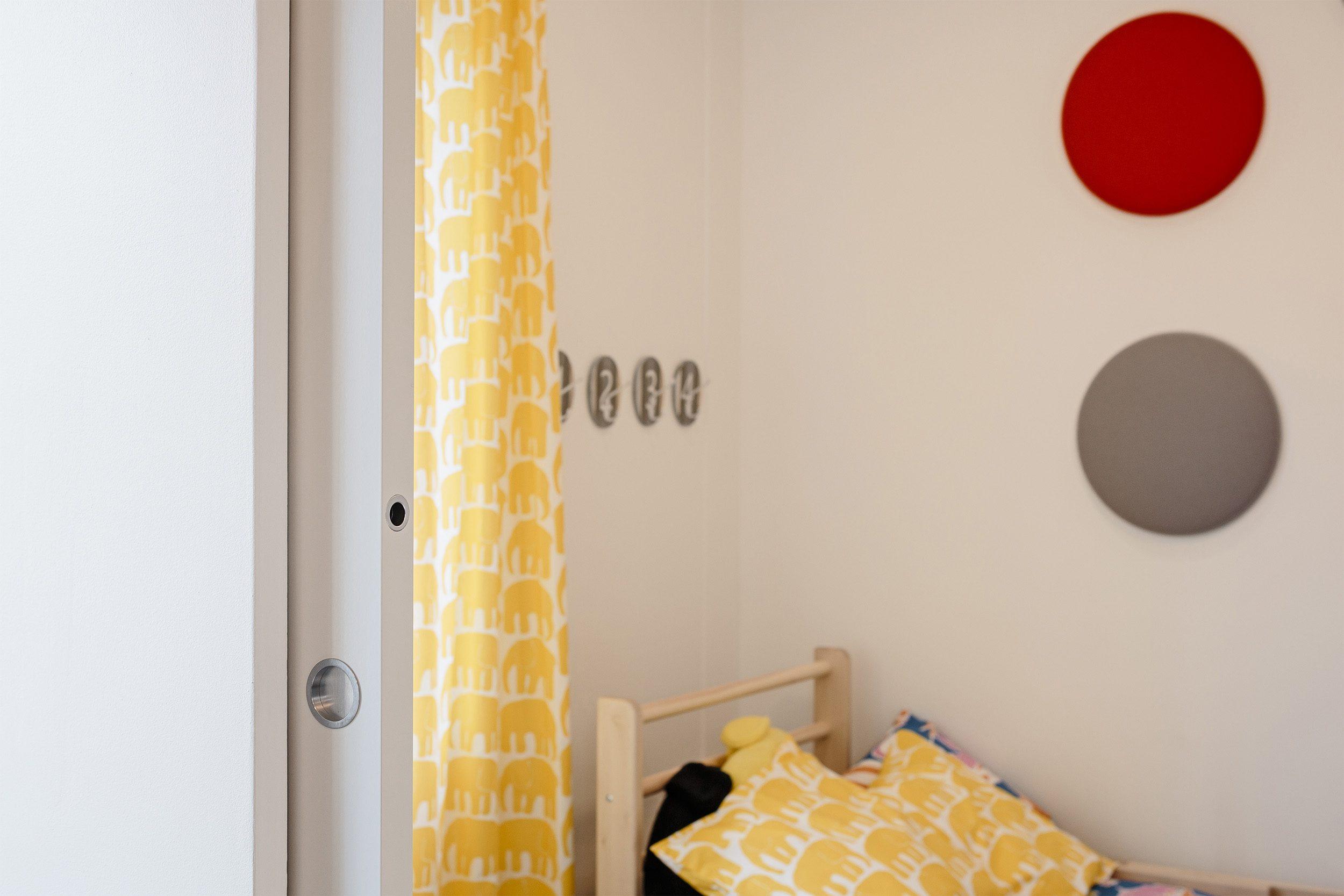 Porte coulissante syntesis line dans la chambre des enfants le blog porte tout savoir sur - Cecile bois vie privee ...