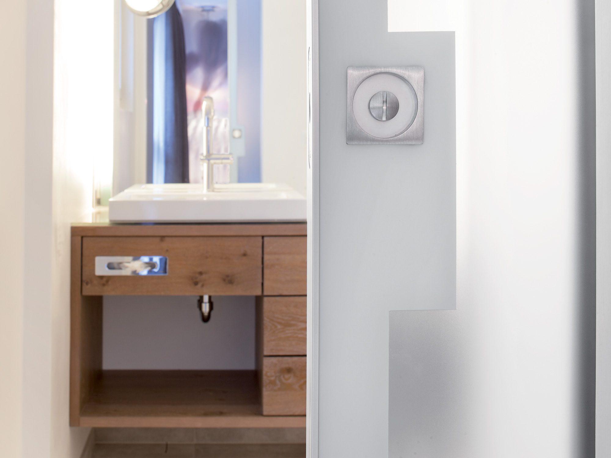 Un chalet de r ve sublim par son architecture int rieure for Porte coulissante salle de bain verre
