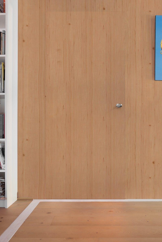 Porte invisible fermée avec revêtement bois