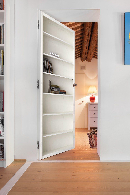 Illusion d'optique d'une porte d'intérieur en bibliothèque