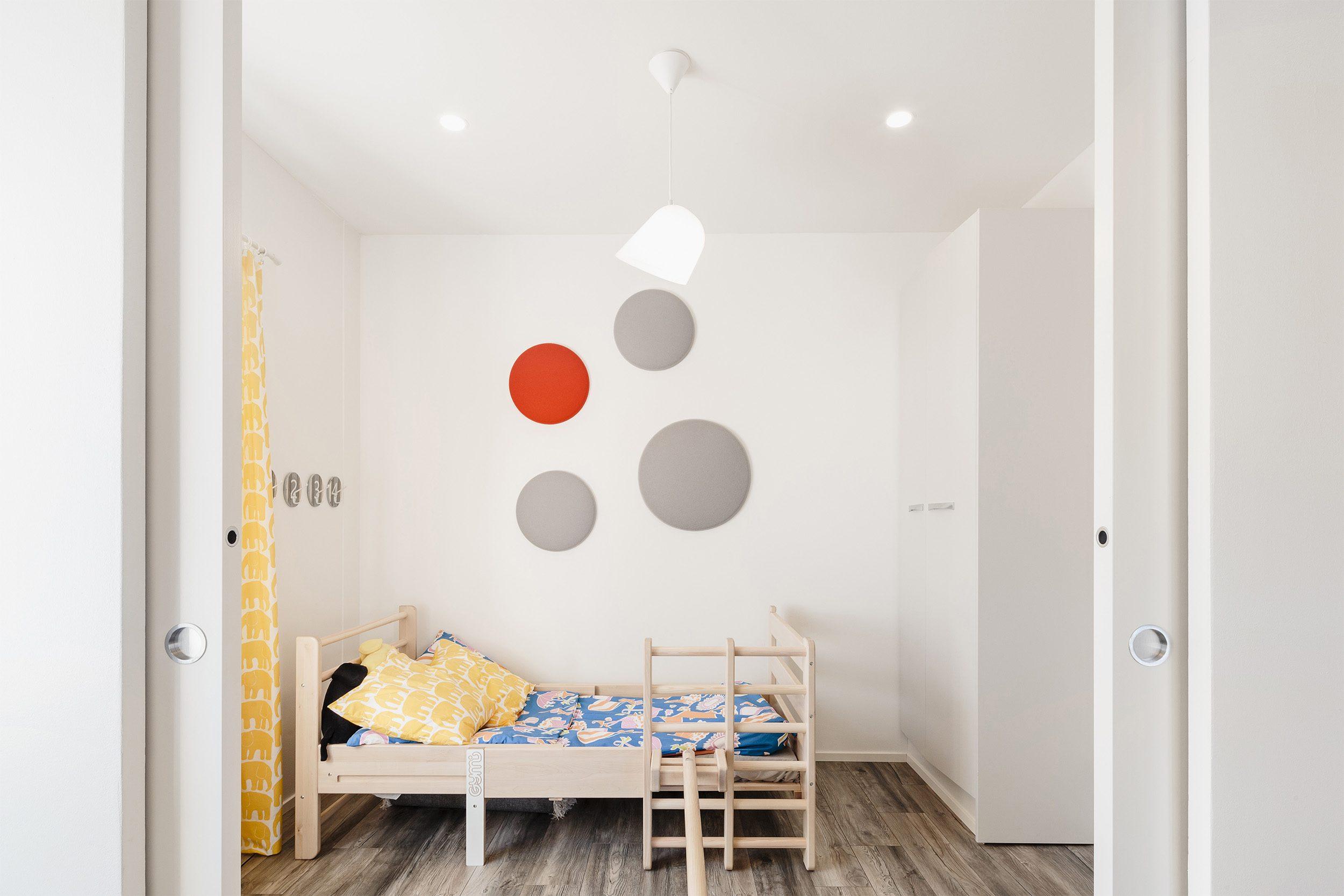 Double porte coulissante Syntesis® Line ECLISSE entre la chambre et la salle de jeux des enfants