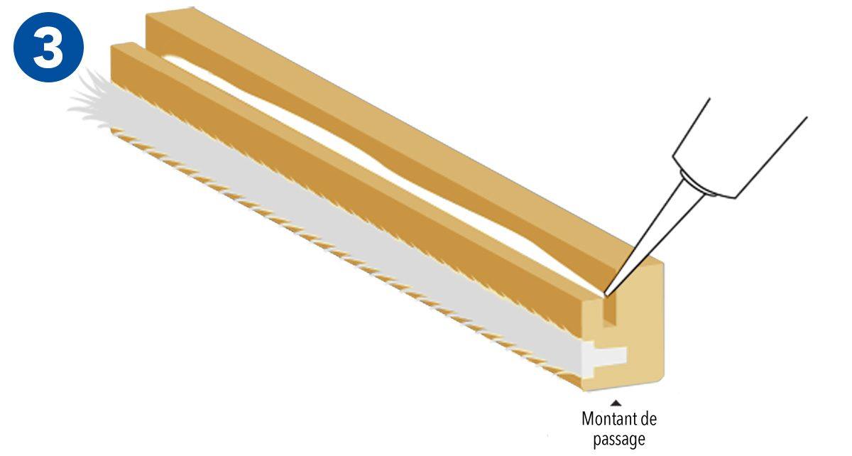 Joint brosse inséré dans le montant de passage