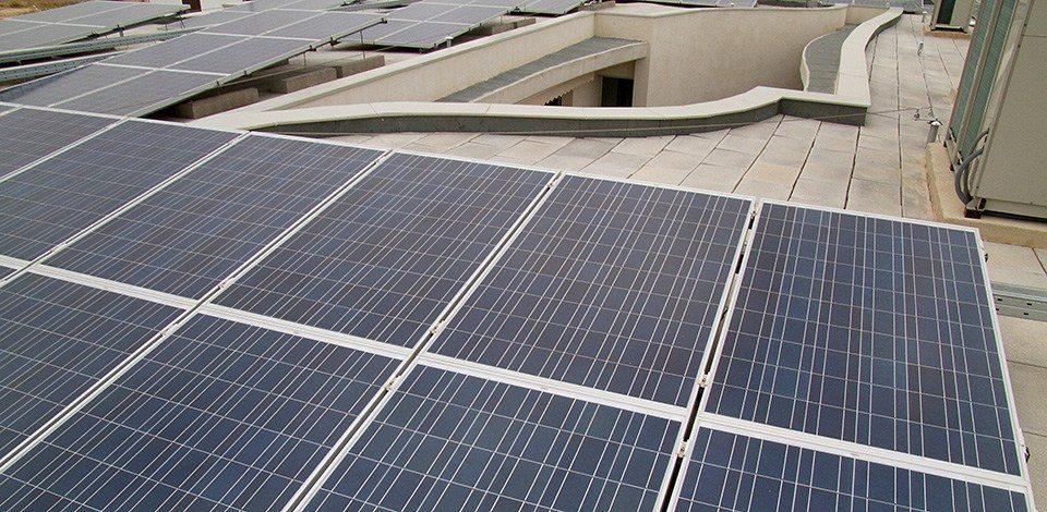Des panneaux photovoltaïques sont posés sur le toit
