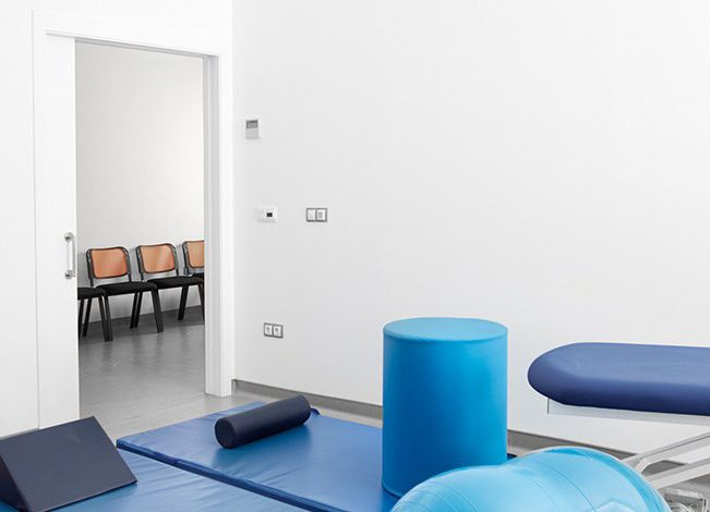 La salle de physiothérapie avec porte coulissante