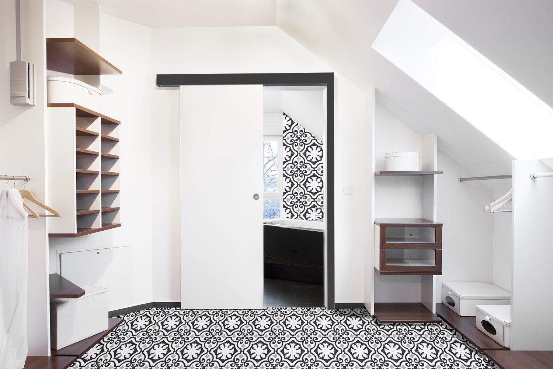 Porte coulissante en applique banche avec carreaux de ciment