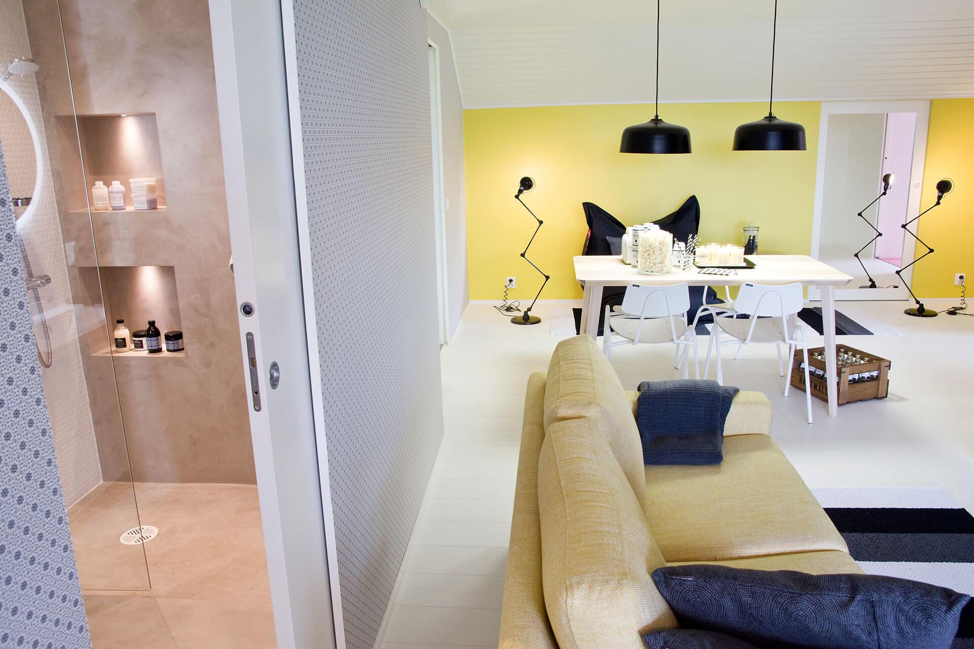 Un salon spacieux et élégant avec les portes coulissantes